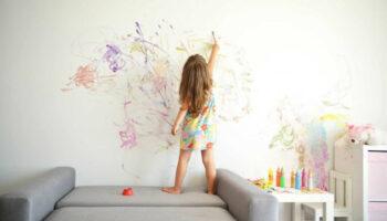Дівчинка думала, що буде покарана за малюнки на стінах, але реакція мами була зовсім іншою