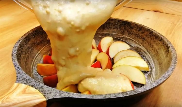 Пиріг на сковороді з яблуками, рецепт приготування