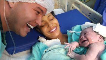 Батько багато розмовляв з донькою в животі, і після народження вона йому посміхнулася
