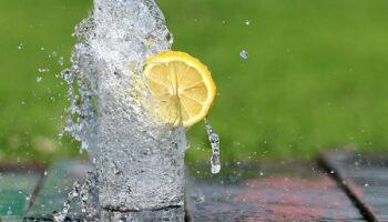 Лимонна вода - корисні властивості і як правильно її вживати