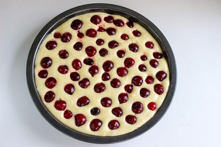 Простий рецепт смачного вишневого пирога на сметані