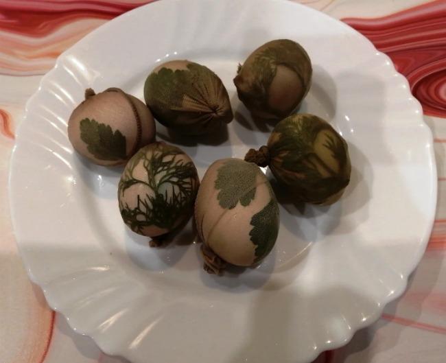 Як пофарбувати яйця на Великдень без барвників (виходять ніби розписні)