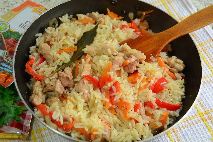 Розсипчастий рис з куркою і овочами на сковороді - ситна і бюджетна вечеря