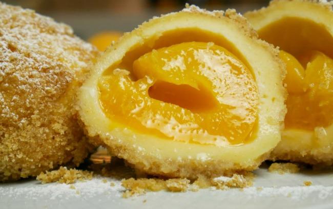 Абрикоси загортаю в тісто і варю 15 хвилин. Ділюся рецептом популярної в Європі страви
