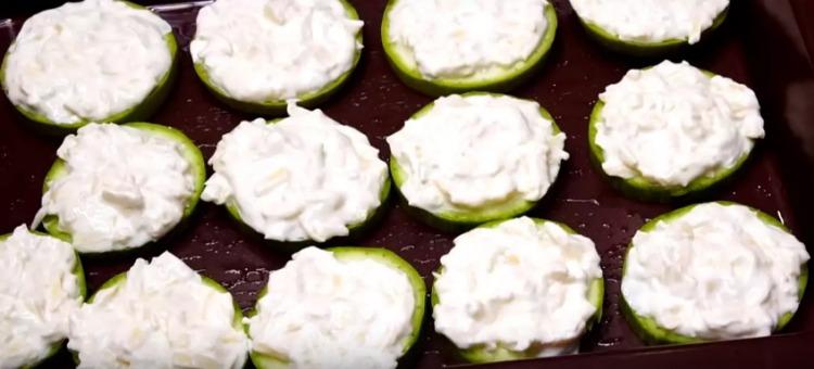 Кабачки в духовці з сиром, часником і сметаною - просто, смачно і корисно