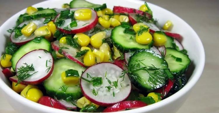 Смачний салат з огірків - рецепт приготування