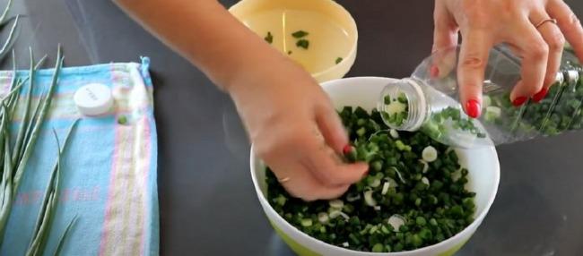 Свіжа цибуля в пляшці: соковита зелень, заморожена таким методом, зберігає яскравий колір і насичений смак