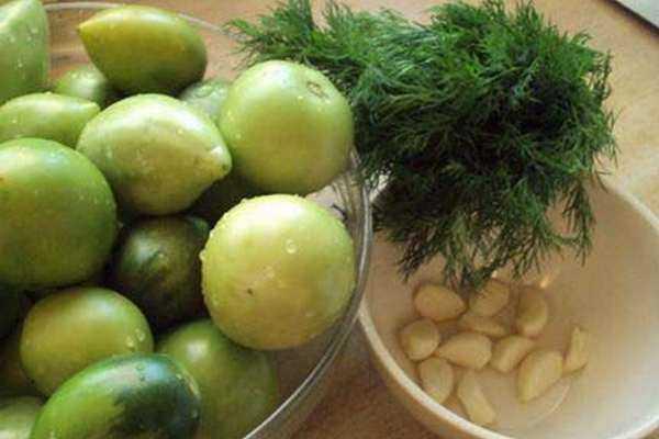 Беремо помідор, додаємо перець, часник і на ранок готові мариновані зелені помідори