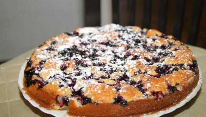 У сезон смородини я часто балую рідних смородиновим пирогом