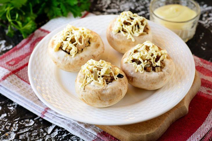 Запечені гриби з сиром і куркою в духовці - простий і ошатний рецепт