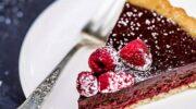 Легкий літній десерт: шоколадно-малиновий торт без глютену і яєць