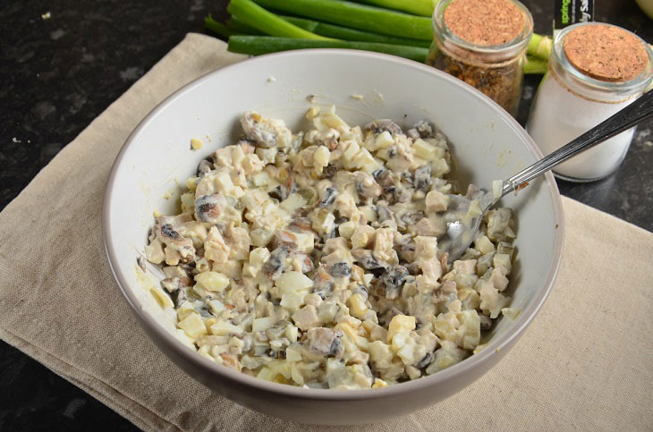 Салат «Рафаелло» з куркою і грибами - простий і оригінальний рецепт