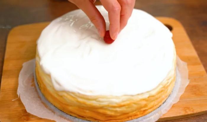 З'єдную сир, жовтки, йогурт зі збитими білками, випікаю і отримую ніжний сирний десерт без масла і борошна
