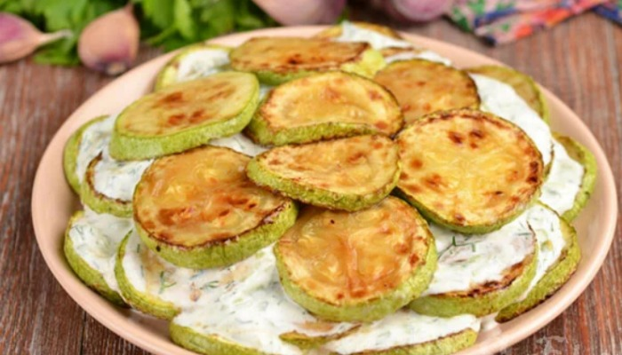 З кабачків, свіжого огірка та сметани готую смачну закуску. Всі, хто пробує її, просять рецепт