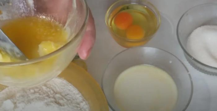 Надзвичайно смачна здоба: цукрово-масляний пиріг, повітряна смакота