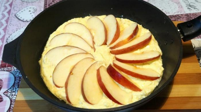 Швидкий сирний пиріг з яблуком до чаю на сковорідці