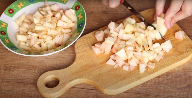 Що приготувати смачненького до чаю з трьох яблук? Пісочне печиво з яблучною начинкою буде в самий раз