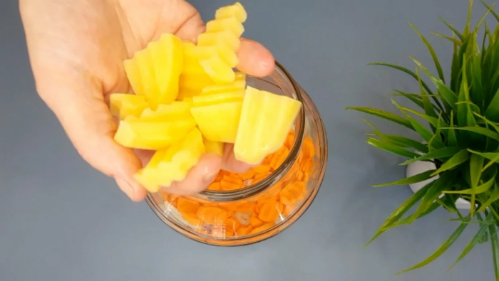 Курка з картоплею у власному соку: забутий усіма метод приготування