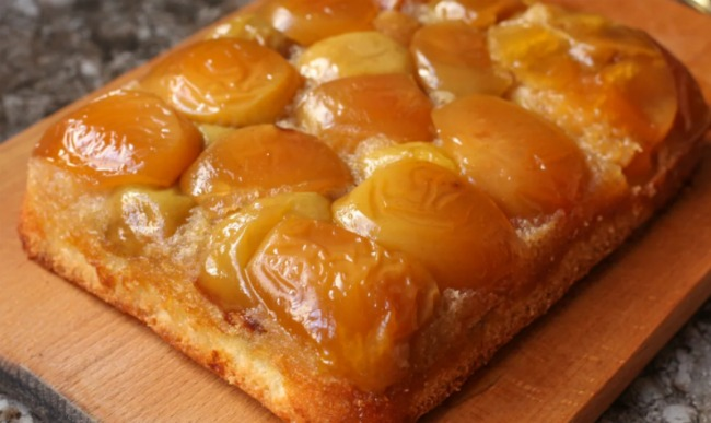 """Готую пиріг """"Мармеладне диво"""" - багато-багато яблук і мінімум тіста: рецепт"""