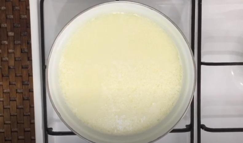 Готуємо домашній сир з кефіру: виходить ніжний кремовий продукт