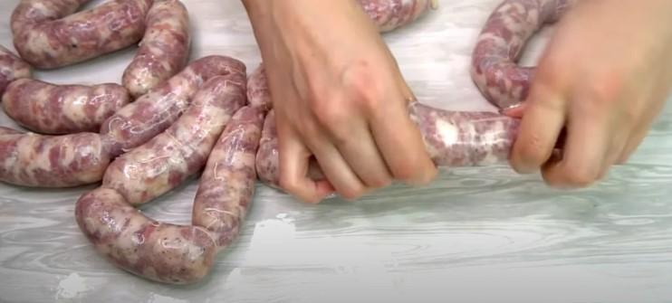 Гарячі домашні ковбаски, які можна навіть заморожувати
