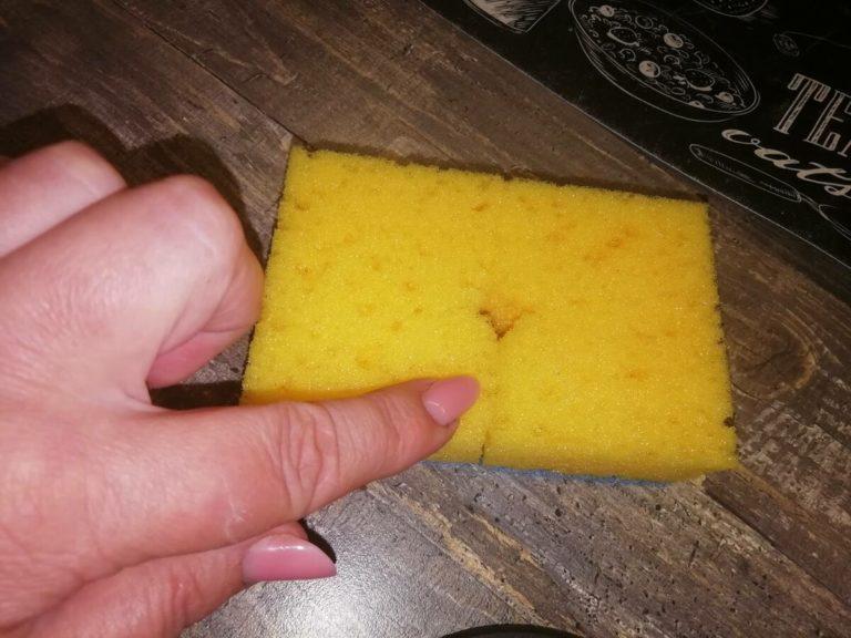 Ось для чого вирізають дірку в губці для миття посуду