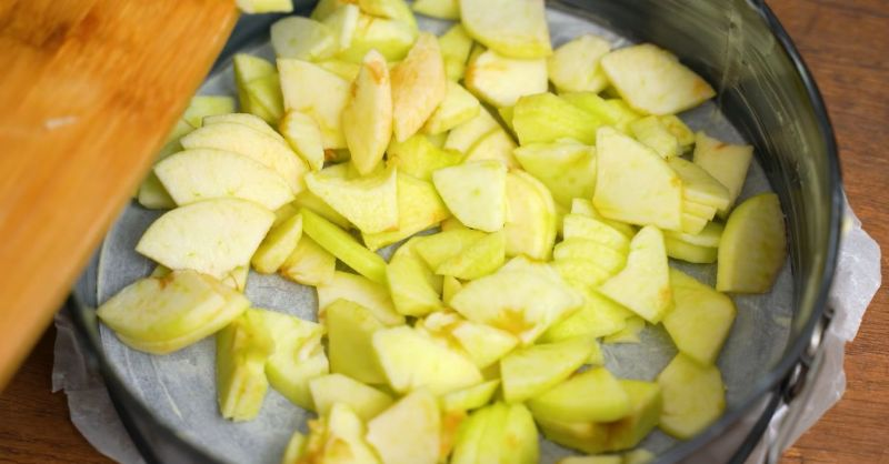 Чому яблучний пиріг варто готувати тільки з заварним кремом