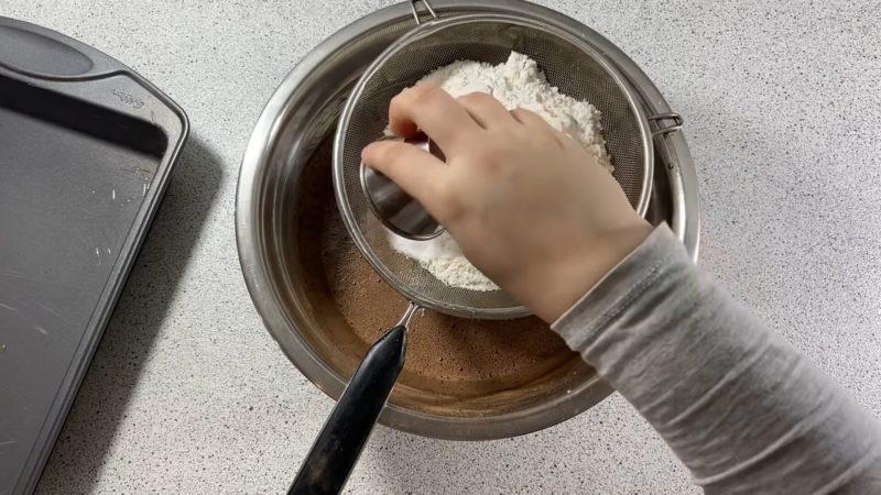 Простий рецепт шоколадного торта з кремом і просоченням як «Кіндер Деліс»