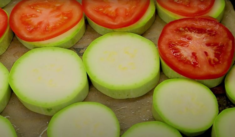 Кабачки, запечені в духовці з помідорами