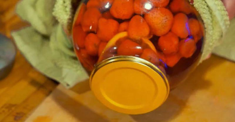 Як приготувати полуничне мохіто в банці на зиму