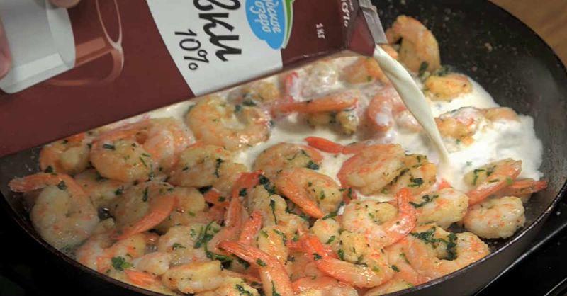 Як посмажити креветки в ароматному часниково-вершковому соусі