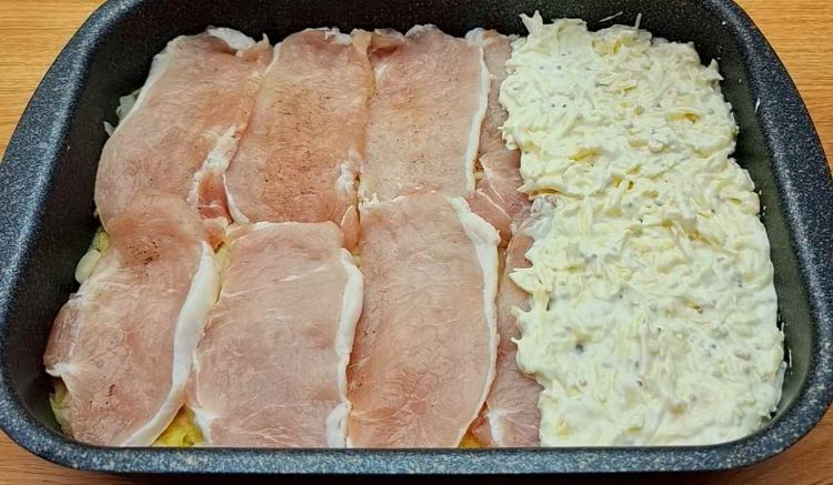 Ароматна і швидка вечеря: м'ясо з картоплею під сирною шапкою
