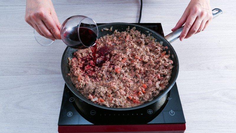 Як приготувати ніжну і соковиту мусаку з кабачками