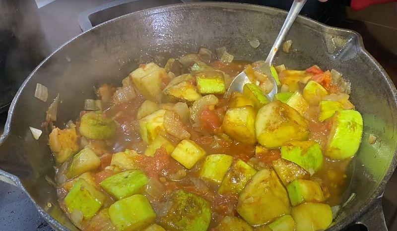 Легке овочеве рагу за 30 хвилин: капоната з кабачків по-сицилійськи