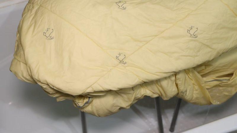 Цікавий метод: як випрати важкі речі, такі як ковдру, плед, покривало