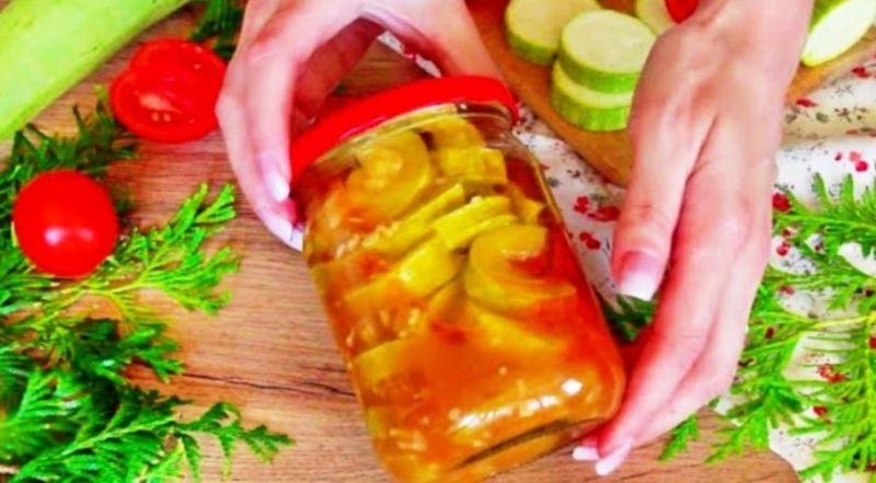 Рецепт легкого, соковитого і смачного салату з кабачків: взимку відкриваємо і насолоджуємося смаком