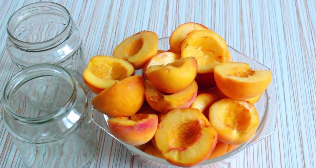 У минулому році закрила 30 банок персиків половинками, а їх все одно виявилося мало