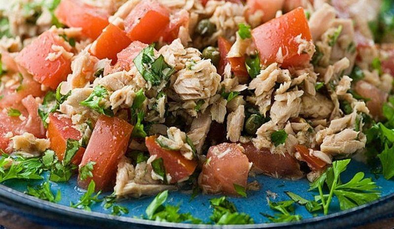 Легкий літній салат з тунцем і свіжими помідорами