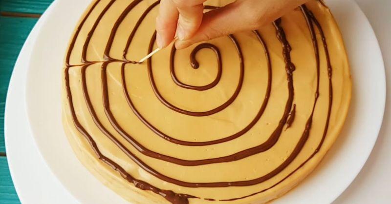 Як приготувати торт «Медовик» за 30 хвилин на сковорідці зі згущеним молоком