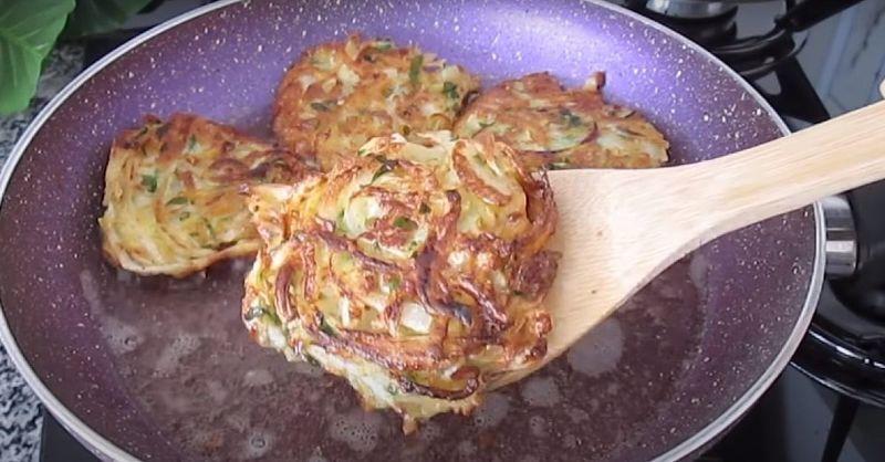 Як приготувати оладки з цибулі з картоплею