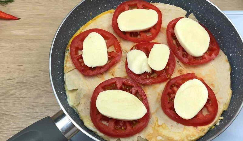 Швидкий сніданок з лаваша, яєць і сиру на сковорідці