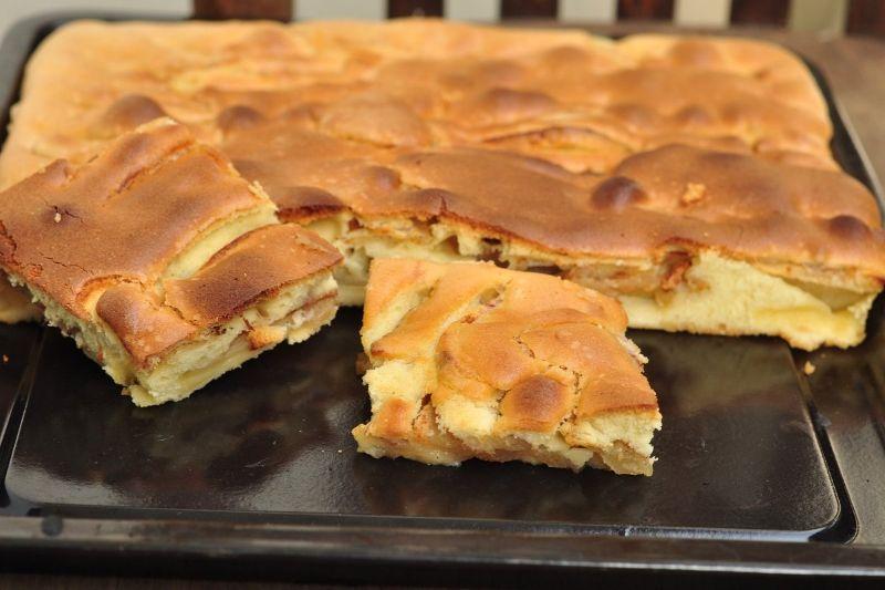 Простий пиріг з трьох яблук на швидку руку