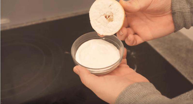 Візьміть половинку лимона і скористайтеся відмінною порадою для відмивання плити