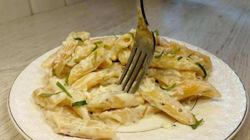 Апетитні макарони в соусі: готується все на одній сковорідці