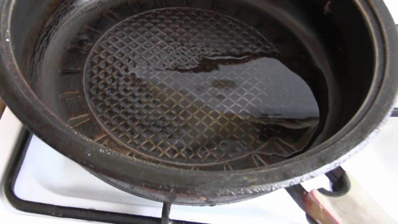 Якщо до сковороди все прилипає, не поспішайте її викидати