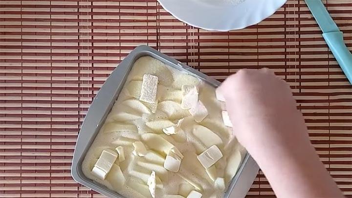Змішайте в блендері, вилийте в форму і отримаєте ніжний йогуртовий пиріг з яблуком