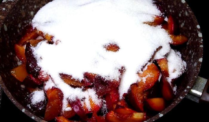 Як приготувати смажене варення зі слив на сковорідці