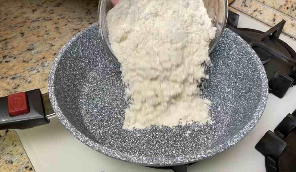 Як приготувати десерт із смаженого борошна