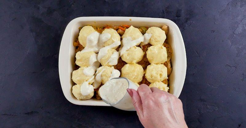Запіканка з картопляними кульками на подушці з овочів і курки