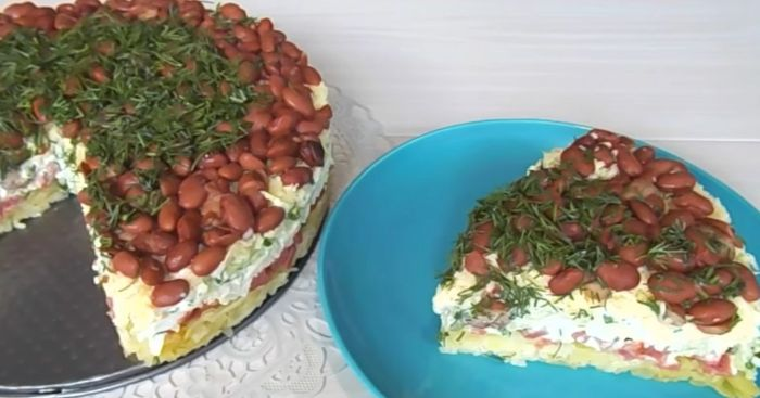 Бюджетний багатошаровий салат, який не соромно подати гостям
